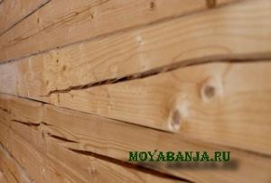 Заделка трещины в бревне деревянной бани.